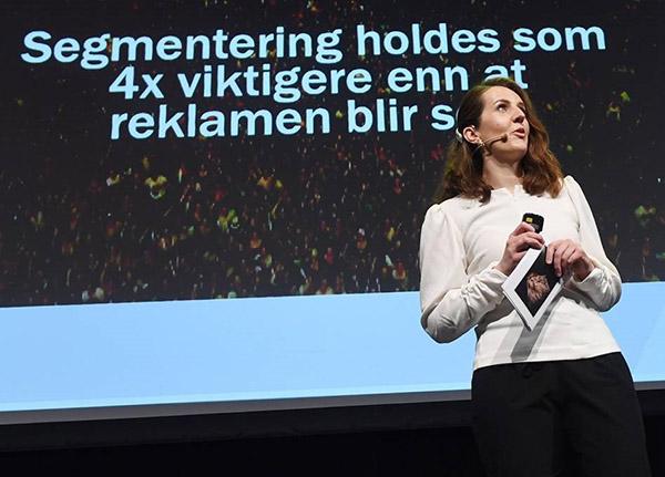 Christine Torp på scenen foran slide som handler om segmentering