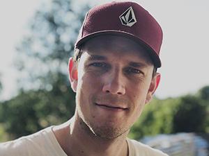 Portrettfoto av Creative manager i Starcom: Roar Kr. Aarhus avbildet med caps
