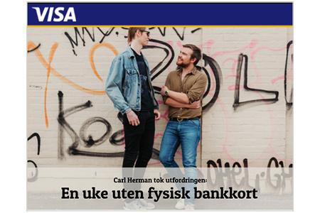 """To unge menn står og prater foran vegg med grafitti. Mørkeblå linje øverst med hvit tekst """"Visa"""". Tekst nede: """"Carl Herman tok utfordringen: En uke uten fysisk bankkort"""""""